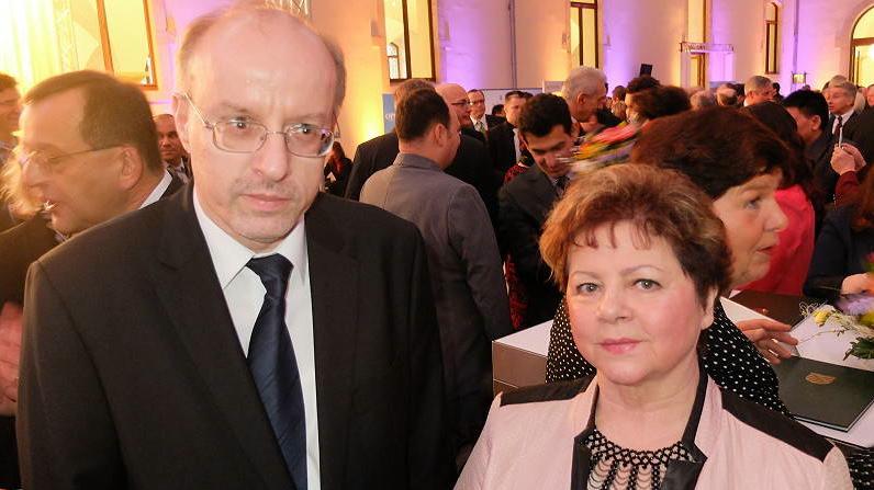"""Der Vorsitzende des VDA-Landesverbandes Sachsen, Peter Bien, gratuliert Julia Herb zu ihrer Auszeichnung <br> Eingestellt am: 20.01.2015, <a style=""""text-shadow: 0px 0px 0;"""" href=http://www.rusdeutsch.eu/?news=2634 target=_blank >lesen</a>, <a style=""""text-shadow: 0px 0px 0;"""" href=http://www.rusdeutsch.eu/fotos/2588_b.png target=_blank >herunterladen</a>"""