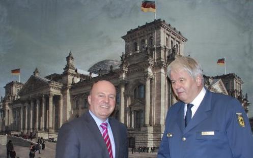 """Der Beauftragte der Bundesregierung für Aussiedlerfragen und nationale Minderheiten, Hartmut Koschyk MdB gemeinsam mit dem Präsidenten der Bundesanstalt Technisches Hilfswerk (THW), Albrecht Broemme <br> Eingestellt am: 02.02.2015, <a style=""""text-shadow: 0px 0px 0;"""" href=http://www.rusdeutsch.eu/?news=2661 target=_blank >lesen</a>, <a style=""""text-shadow: 0px 0px 0;"""" href=http://www.rusdeutsch.eu/fotos/2615_b.png target=_blank >herunterladen</a>"""