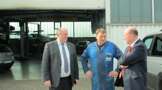 """Besuch beim """"Autoservice Giesbrecht"""". Bundesbeauaftragter Hartmut Koschyk MdB und Heinrich Zertik MdB im Gespräch mit Hermann Giesbrecht <br> Eingestellt am: 25.03.2015, <a style=""""text-shadow: 0px 0px 0;"""" href=http://www.rusdeutsch.eu/?news=2750 target=_blank >lesen</a>, <a style=""""text-shadow: 0px 0px 0;"""" href=http://www.rusdeutsch.eu/fotos/2708_b.png target=_blank >herunterladen</a>"""