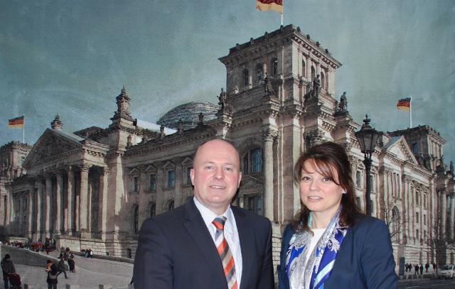 """Bundesbeauftragter Koschyk gemeinsam mit Olga Martens, Erste stellvertretende Vorsitzende des Internationalen Verbands der deutschen Kultur ,  die bei der IV. Internationalen Sprachkonferenz zum Thema """"Deutsche in Russland: Strategien in der Spracharbeit"""" referierte <br> Eingestellt am: 01.04.2015, <a style=""""text-shadow: 0px 0px 0;"""" href=http://www.rusdeutsch.eu/?news=2767 target=_blank >lesen</a>, <a style=""""text-shadow: 0px 0px 0;"""" href=http://www.rusdeutsch.eu/fotos/2729_b.png target=_blank >herunterladen</a>"""