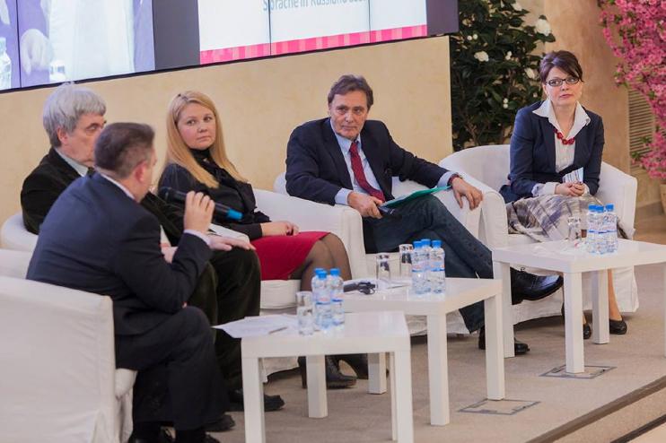 """uf dem Podium (v.l.): Oleg Kisslow, Gregor Berghorn, Swetlana Polujkowa, der Moderator Hermann Krause und Olga Martens. <br> Eingestellt am: 09.04.2015, <a style=""""text-shadow: 0px 0px 0;"""" href=http://www.rusdeutsch.eu/?news=2784 target=_blank >lesen</a>, <a style=""""text-shadow: 0px 0px 0;"""" href=http://www.rusdeutsch.eu/fotos/2746_b.png target=_blank >herunterladen</a>"""