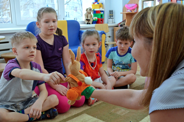 """Mein Name ist Hase: Kindergartenkinder in Syktywkar lernen, wie man sich auf Deutsch begrüßt. / Tino Künzel <br> Eingestellt am: 20.04.2015, <a style=""""text-shadow: 0px 0px 0;"""" href=http://www.rusdeutsch.eu/?news=2799 target=_blank >lesen</a>, <a style=""""text-shadow: 0px 0px 0;"""" href=http://www.rusdeutsch.eu/fotos/2762_b.png target=_blank >herunterladen</a>"""