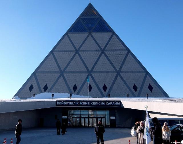 """Die """"Pyramide des Friedens und der Eintracht"""" in der kasachischen Hauptstadt Astana wurde vom  Architekturbüro Foster + Partners entworfen, das von Sir Norman Foster gegründet wurde, zu dessen berühmtesten Aufträgen die Neugestaltung des Berliner Reichstags zählt. Es ist der Tagungsort der Assemblee der Völker Kasachstans. <br> Eingestellt am: 22.04.2015, <a style=""""text-shadow: 0px 0px 0;"""" href=http://www.rusdeutsch.eu/?news=2802 target=_blank >lesen</a>, <a style=""""text-shadow: 0px 0px 0;"""" href=http://www.rusdeutsch.eu/fotos/2765_b.png target=_blank >herunterladen</a>"""