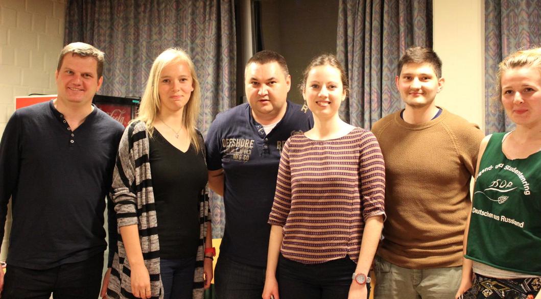 """Neu gewählter Vorstand des JSDR NRW e.V.: v.l. Waldemar Weiz (Kürten), Kristina Zitlau (Düsseldorf), Siegfried Dinges (Witten), Ekaterina Dubatovka (Dortmund), Andreas Gaun (Siegen), Ella Bartel (Dortmund) <br> Eingestellt am: 25.05.2015, <a style=""""text-shadow: 0px 0px 0;"""" href=http://www.rusdeutsch.eu/?news=2856 target=_blank >lesen</a>, <a style=""""text-shadow: 0px 0px 0;"""" href=http://www.rusdeutsch.eu/fotos/2820_b.png target=_blank >herunterladen</a>"""
