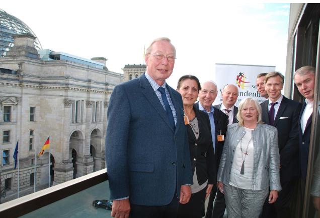 """Stiftungsratsvorsitzender Hartmut Koschyk MdB (4.v.l.) und Stiftungsvorsitzender Dr. Kay Lindemann (2.v.r.) gemeinsam mit den Mitgliedern des Stiftungsrates Peter Ivar Johannsen (1.v.l.) und Thomas Kropp (1.v.r.) sowie den Vorstandsmitgliedern Herrn Gerhard Müller (3.v.l.), Daniel Walther (3.v.r.) und Frau Petra Meßbacher (2.v.l.) sowie der VDA-Schatzmeisterin Frau Ilona Mosler-Biadacz (5.v.l) <br> Eingestellt am: 16.06.2015, <a style=""""text-shadow: 0px 0px 0;"""" href=http://www.rusdeutsch.eu/?news=2872 target=_blank >lesen</a>, <a style=""""text-shadow: 0px 0px 0;"""" href=http://www.rusdeutsch.eu/fotos/2854_b.png target=_blank >herunterladen</a>"""